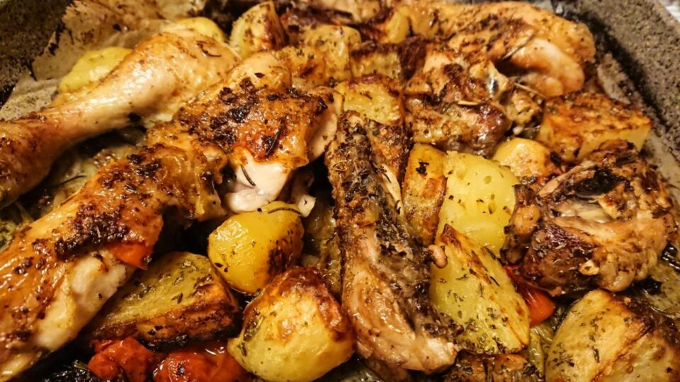 Pollo al forno con patate e pomodorini