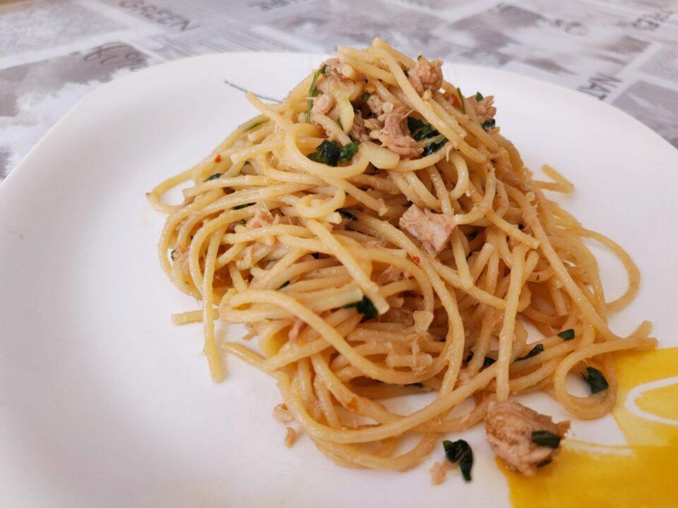 Spaghetti con prezzemolo e tonno piccante