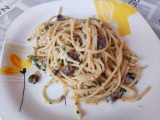Spaghetti con olive, capperi e alici