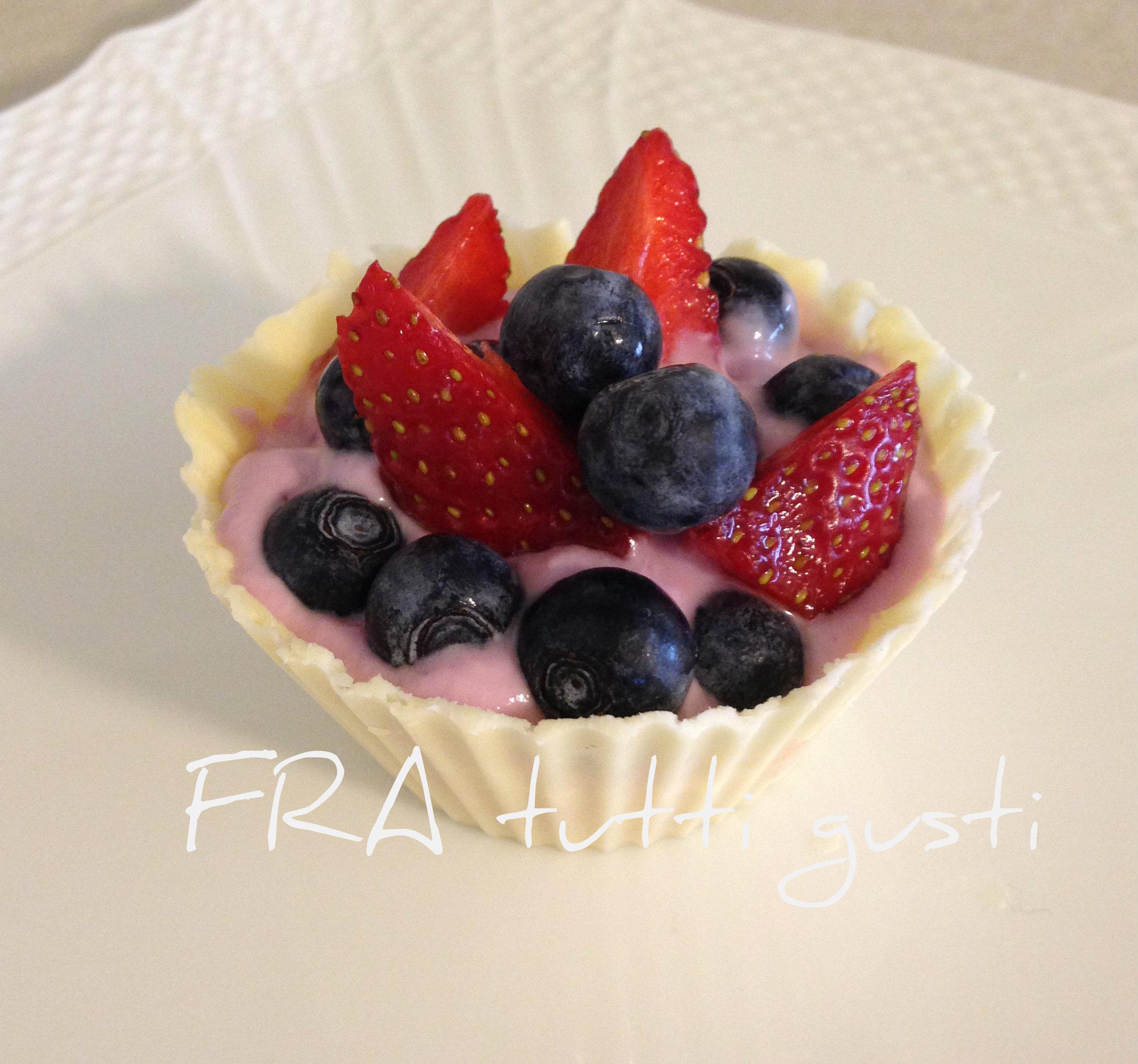 Cestino di cioccolato bianco con yogurt e frutti di bosco