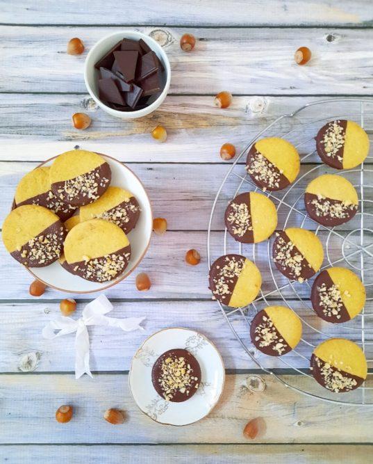 biscotti di pastafrolla con glassa al cioccolato fondente