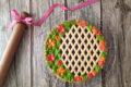 Crostata decorata con confettura di prugne