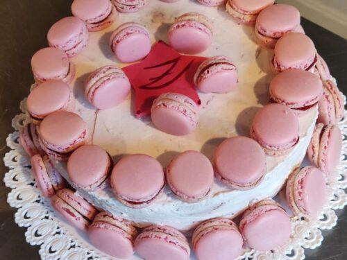 Pan di spagna farcito – crema chantilly e confettura –  Torta Macarons
