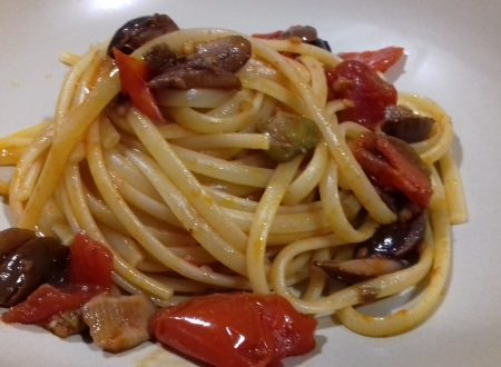 Linguine alla puttanesca con pomodorini (olive e capperi)