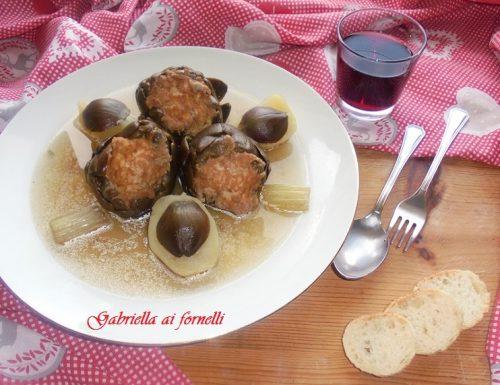 Carciofi imbottiti con uova e formaggio in brodo