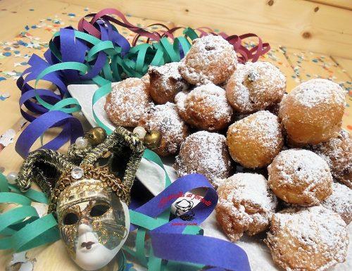 Fritole di carnevale con panna e gocce di cioccolato