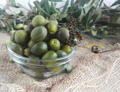 Olive verdi in salamoia fatte in casa