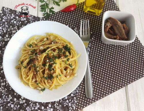 Spaghetti con alici sott'olio e mollica di pane