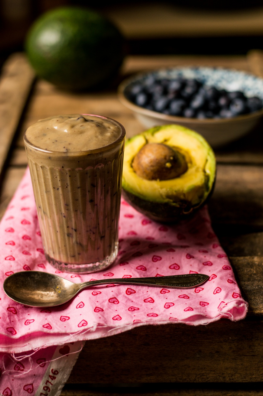 Frullato con avocado banana e mirtilli