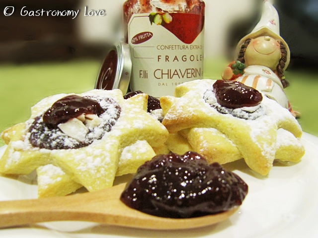 Biscotti con confettura di fragole