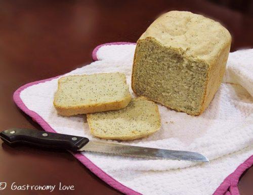 Pane al limone e semi di papavero con macchina del pane