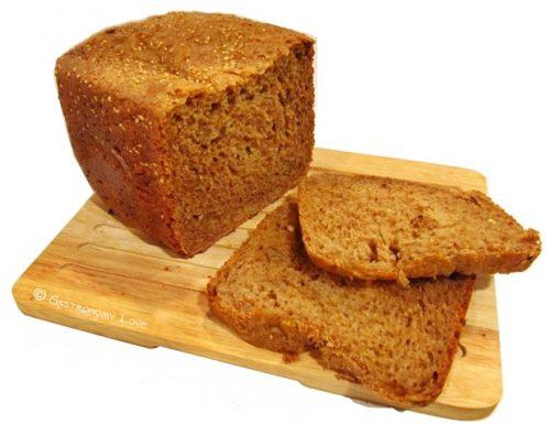 Sandwich di pane ai cereali e noci