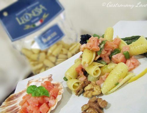 Pasta con salmone asparagi e noci