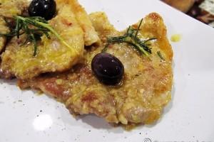 Scaloppina di maiale all'arancia e olive nere