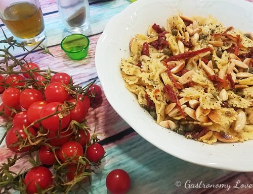 Pasta fredda con pomodori secchi, capperi e mandorle tostate