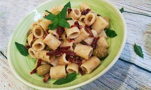 Pasta fredda con pesto di olive verdi e pomodori secchi