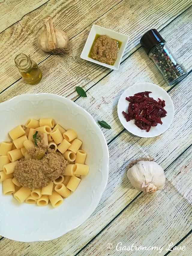 Pasta fredda con pesto di olive verdi e pomodori secchi sott'olio