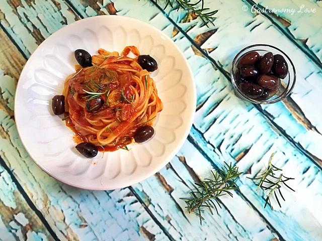 Pasta al sugo di funghi olive e rosmarino