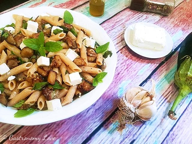 Pasta fredda alla Greca con melanzane, feta e menta