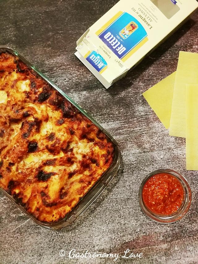 Lasagna al ragù con besciamella fatta in casa e parmigiano.