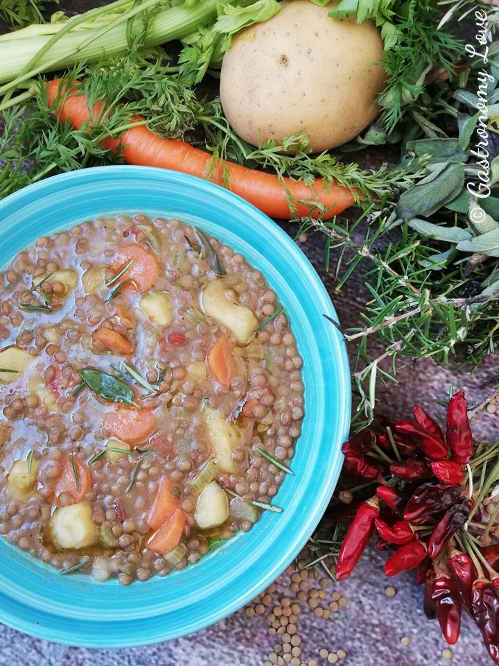 Lenticchie e patate in umido con carote e aromi
