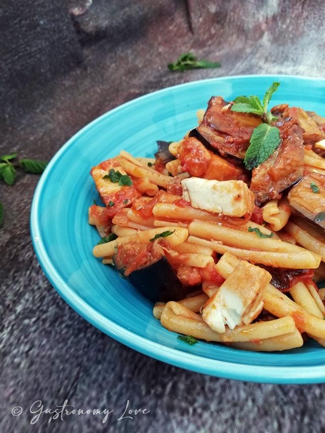 Ricetta siciliana: casarecce con melanzane fritte, pesce spada e menta
