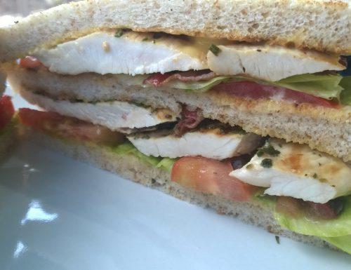 Club sandwich con tacchino alle erbe