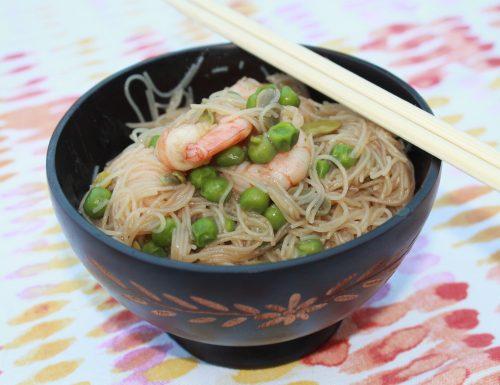 Spaghetti di riso con gamberi, fave e piselli