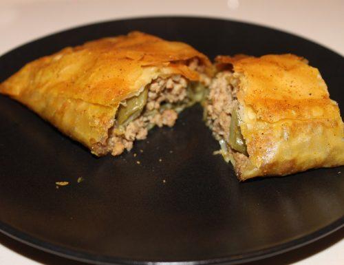 Strudel di pasta fillo con carne e piattoni al curry
