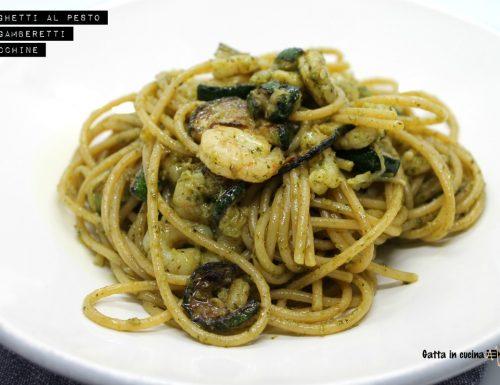 Spaghetti al pesto con gamberetti e zucchine