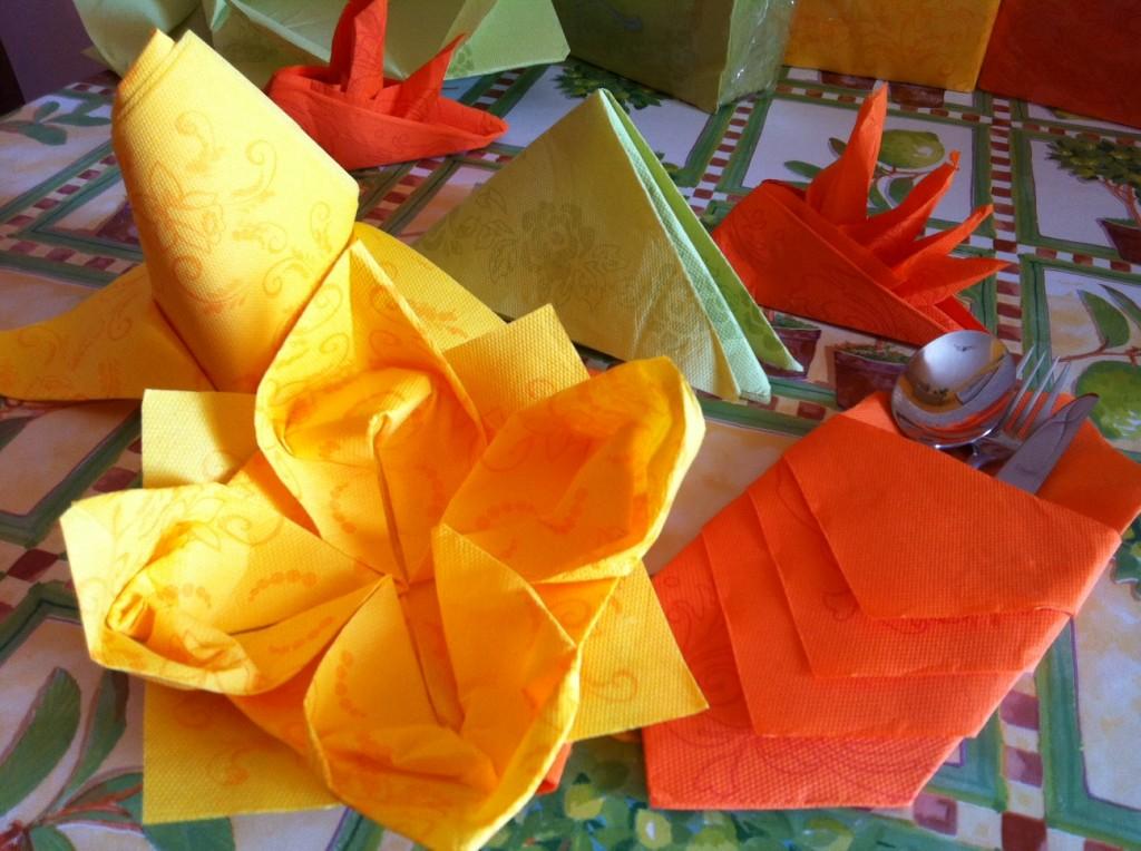 Tovaglioli origami per le vostre cene d 39 estate con video tutorial - Decorazioni natalizie con tovaglioli di carta ...