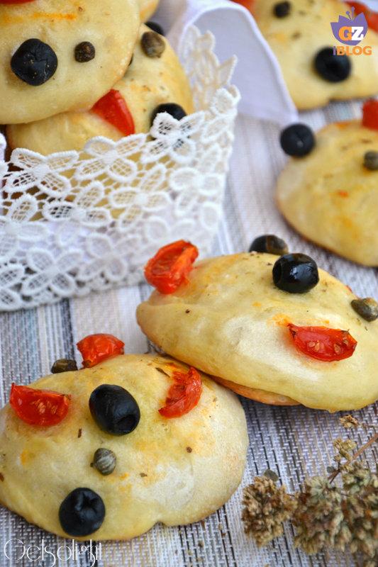 focaccine con lievito madre capperi olive pomo