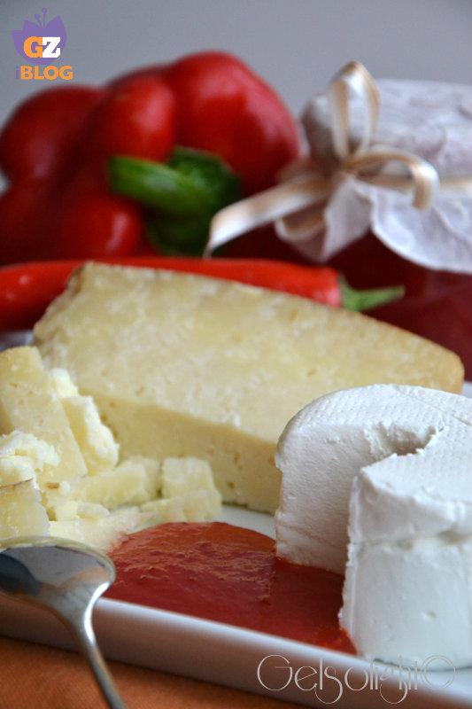 confettura di peperoni e peperoncini con formaggi