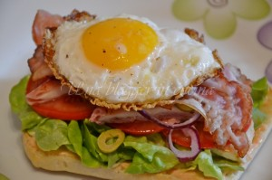 Composizione panino 3 - Bacon, uovo, olive