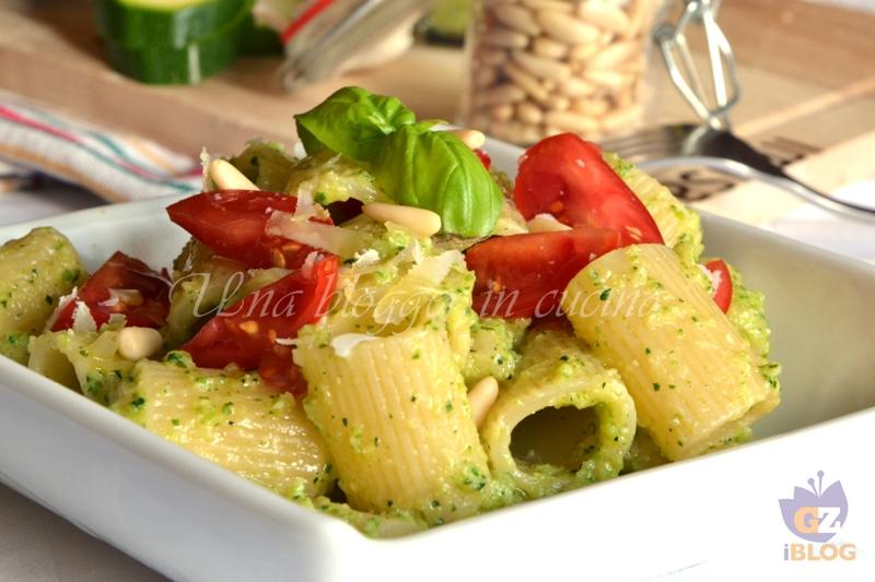 mezzemaniche al pesto di zucchine e datterini (1)