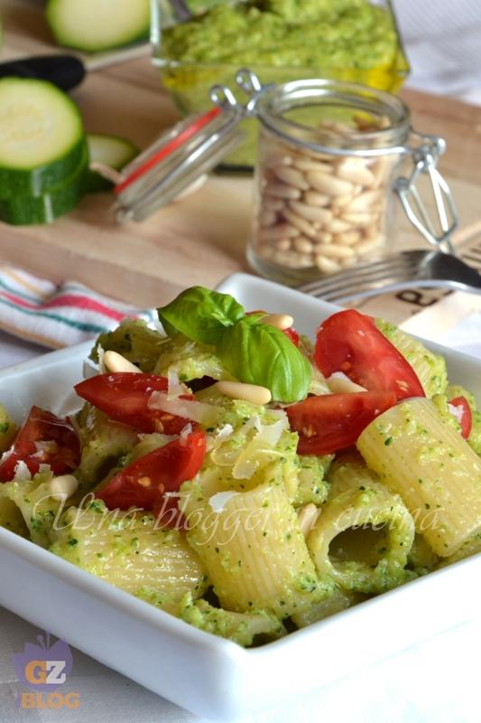 mezzemaniche al pesto di zucchine e datterini (2)