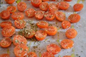 Trofie al pesto di pomodori arrosto e seirass (1)