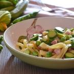 pasta con fiori di zucca piselli e pancetta (1)