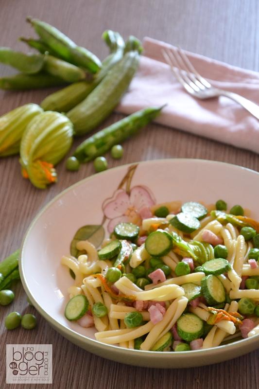 pasta con fiori di zucca piselli e pancetta (3)