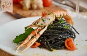 Spaghetti al nero di seppia con scampi e zenzero