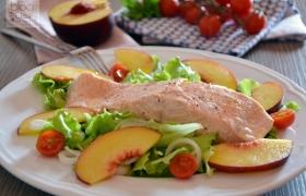 Trancio di salmone con insalatina di pesche