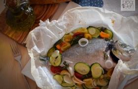 Orata al cartoccio con verdure, ricetta leggera
