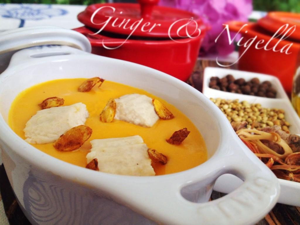 Crema di zucca, chicche di pollo, montersino, coriandolo, macis, pepe jamaicano, olio aromatizzato.