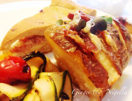 Patate alla Hasselback: un contorno delizioso con formaggio filante e speck.