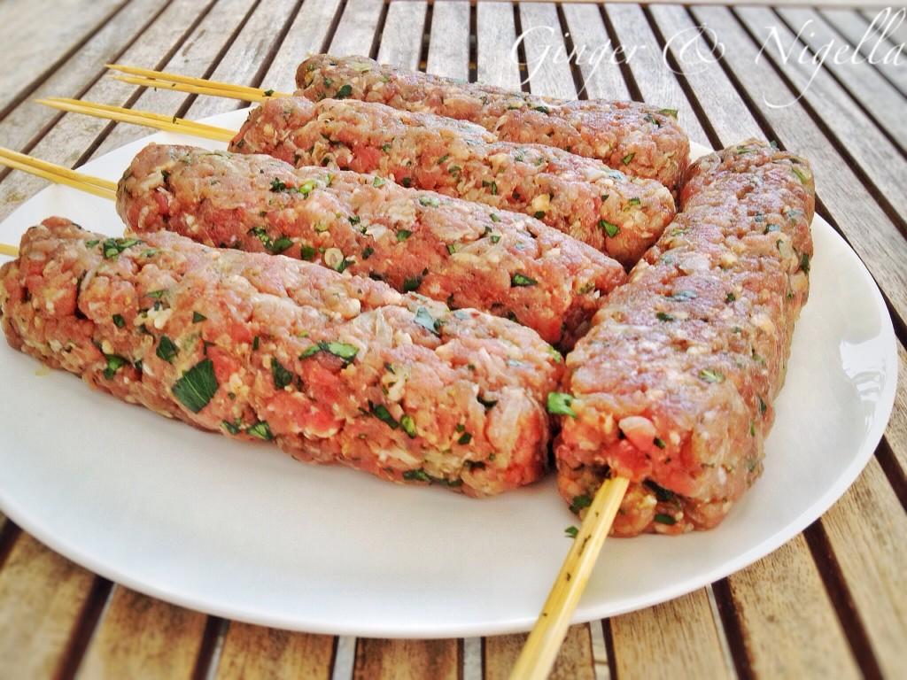 cucina mediorientale, erba aglina, kebab, kofta, Kofta kebab, köfte kebabi, pane chapati, salsa dip all'erba cipollina, spezie, yogurt,cucina indiana, Pane, pane chapati, pane indiano, pane senza lievito, Pushpesh Pant
