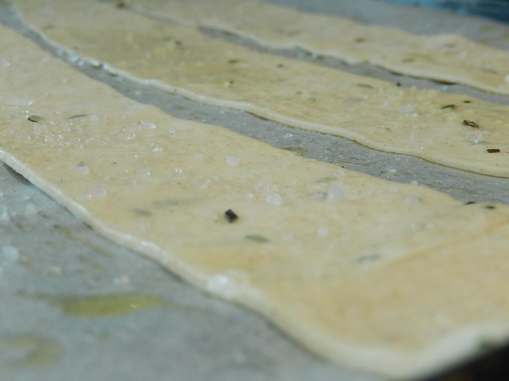 Sfoglie croccanti con lievito madre profumate con rosmarino e fiocchi di alga nori