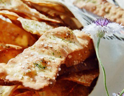 Suppli' al telefono: deliziose crocchette di riso con salsiccia bianca e piselli, ripieni di morbida fontina DOP.