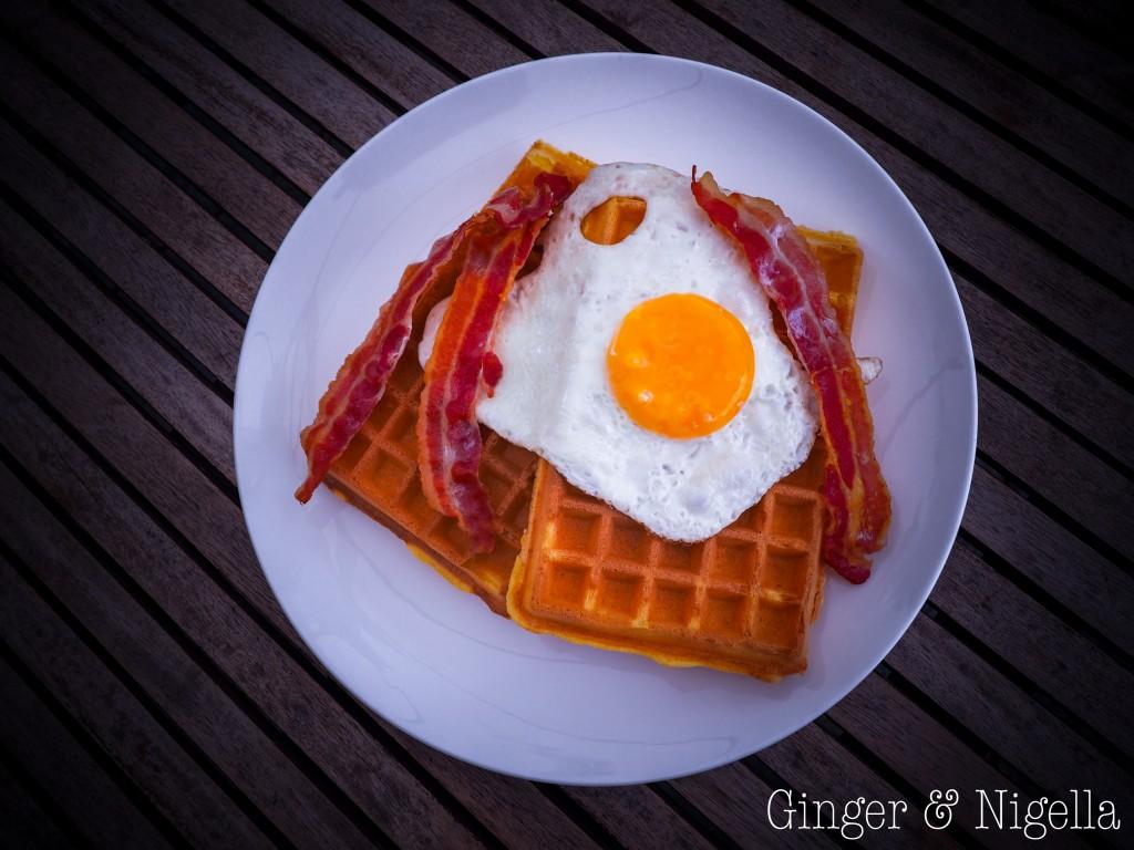 waffle alla ricotta, ricotta, waffle salati, salmone, sour cream, bacon, uova al tegamino, American Breakfast, colazione, breakfast waffles, cialda, cialdiera, colazione, dolci, gaufre, Gaufre o waffle, gofri, merenda, Val di Susa, waffle