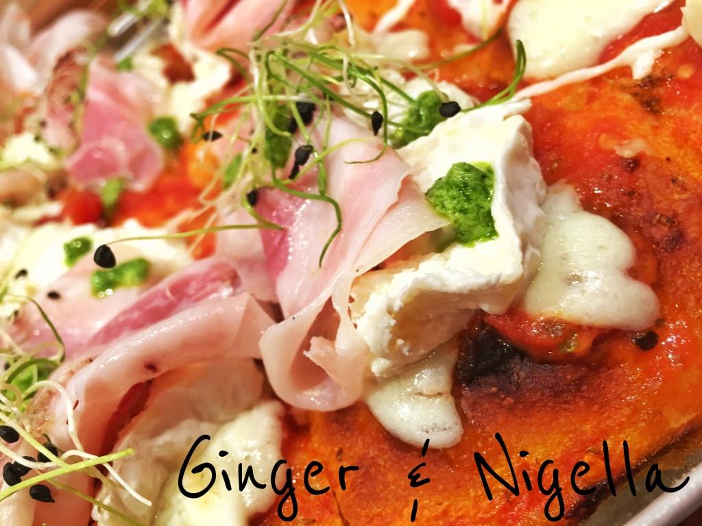 Pizza Bonci idratata al 90% con bufala, robiola di capra Bio, pancetta al barolo, germoglio delicati di aglio e gocce di pesto di sedano.