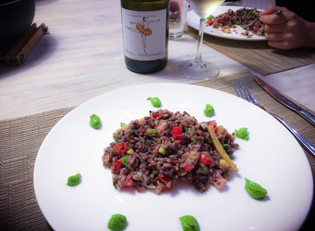 Misto riso con verdure croccanti di stagione, ragu' di gamberi condito con olio ai crostacei e gocce di pesto di sedano.